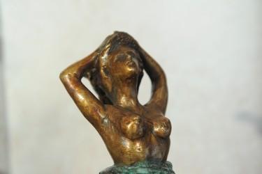 Donna al vento - Scultura in bronzo realizzata dal maestro Alessandro Romano